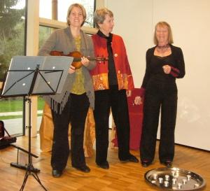 Von links nach rechts: die Märchenerzählerinnen Marianne Bauer und Barbara Ristow und die Geigerin Isabella Bauer.